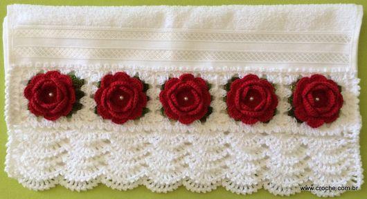 Bico de crochê em toalha com flor vermelha