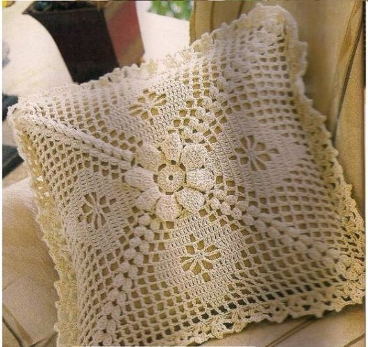Bico de crochê em almofada branca com flor