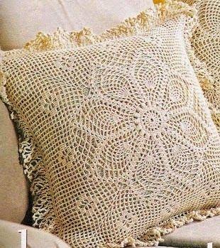 Bico de crochê em almofada com desenho