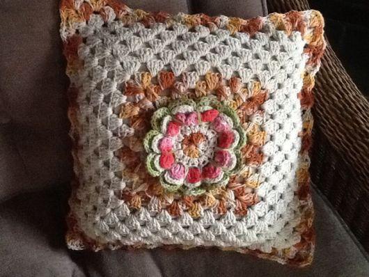 Bico de crochê em almofada com flor