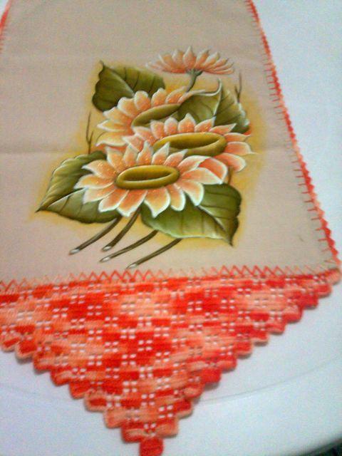 Bico de crochê em caminho de mesa com desenho de flor