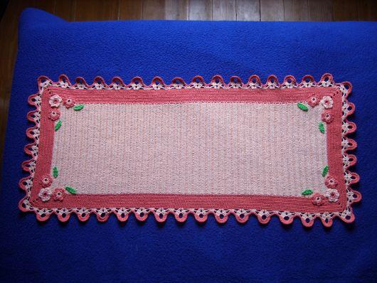 Bico de crochê em caminho de mesa rosa e branco