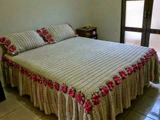 Bico de crochê em colcha com flores rosas