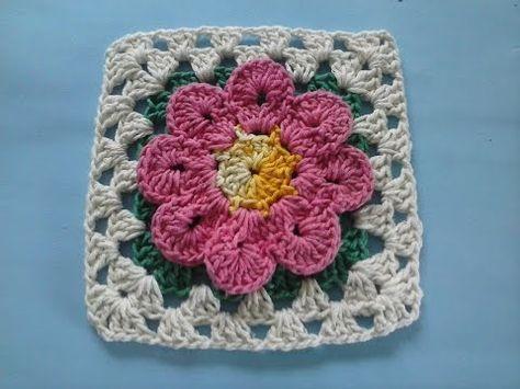 Bico de crochê quadrado com flor