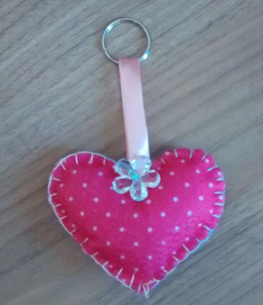 chaveiro de feltro coração rosa com bolinhas