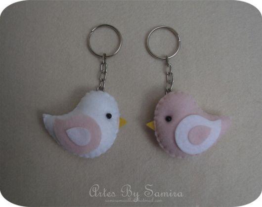 chaveiro de feltro com passarinhos branco e rosa
