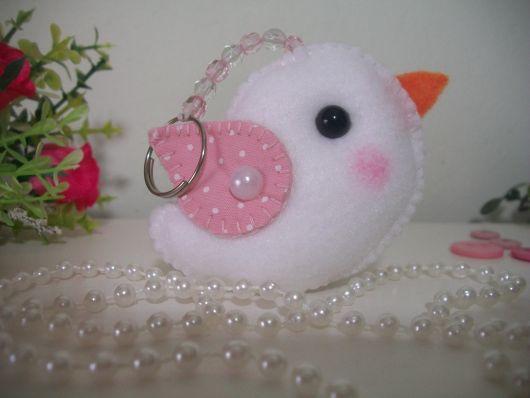 Chaveiro de feltro de passarinho rosa e branco