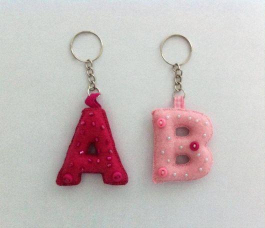 Chaveiro de feltro com letras