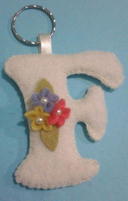 chaveiro de feltro com letra e florzinhas