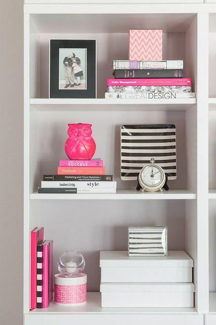 Veja como enfeitar com relógio, livros e esculturas