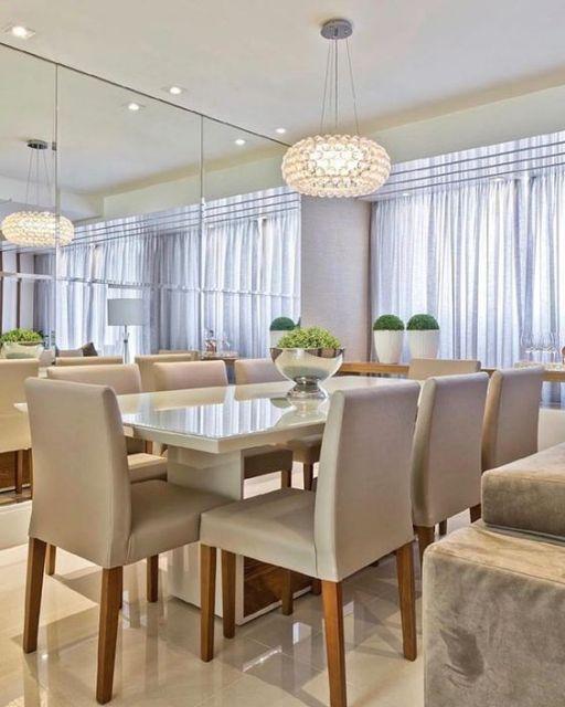 sala de jantar com parede de espelho