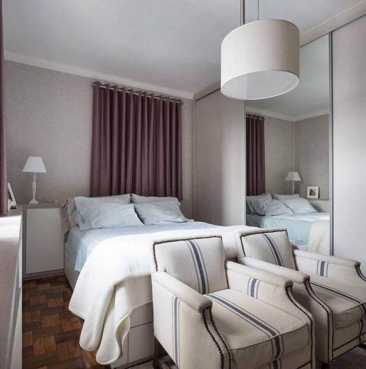 Lustres brancos são sempre bem-vindos em quartos