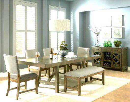 O lustre branco ajuda a iluminar a sala de jantar