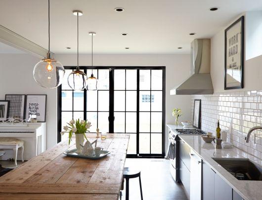 Lustres de vidro para deixar a cozinha mais moderna