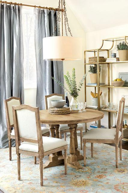 Um lustre pendente off white dá mais classe à sala de jantar