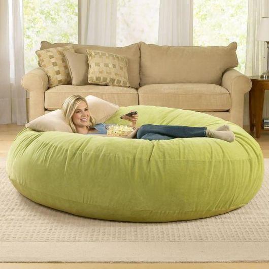 Combine o tecido do puff com o sofá