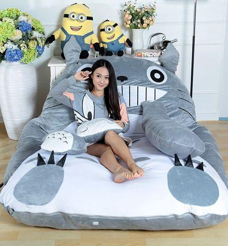 Adultos e crianças podem descansar em puffs divertidos