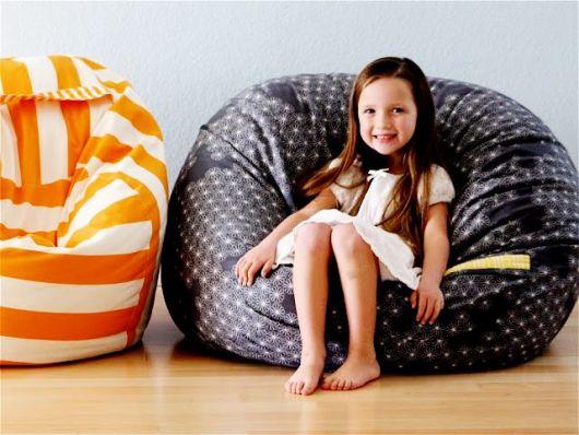 Puff de bolinhas e listrado para decorar quarto infantil