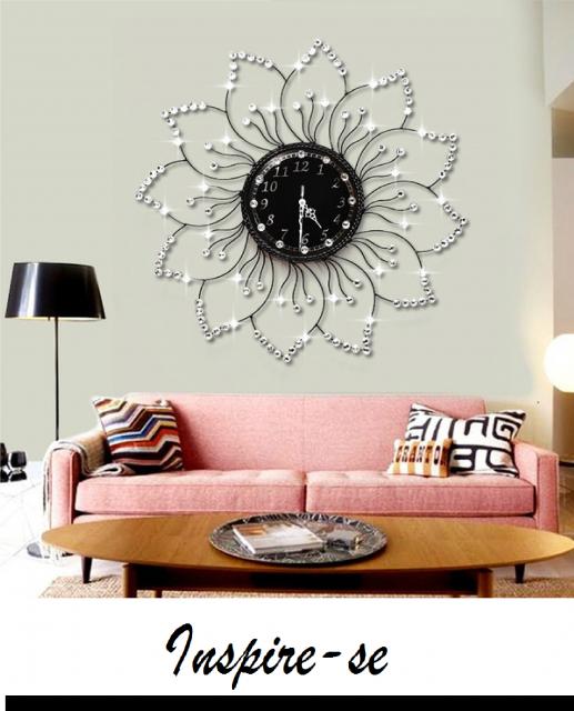 sala com sofá rosa e relogio grande em formato de flor.