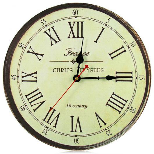 relógio de ferro com numeros romanos.