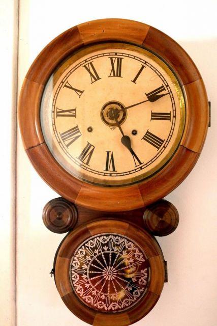 relogio antigo de madeira redondo.