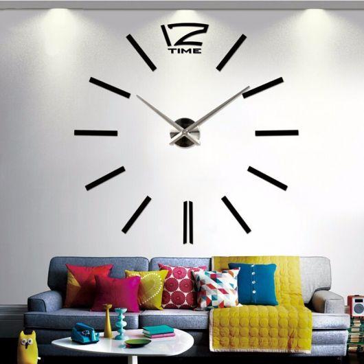 modelo de relógio espelhado grande em sala estilo descontraído com sofa colorido.