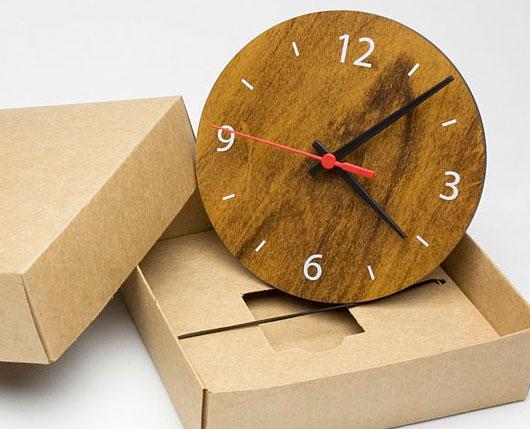 relógio redondo de madeira.
