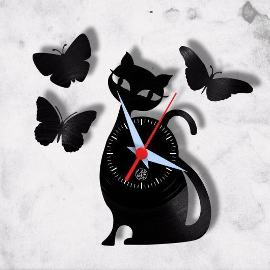 relógio de gato com borboletas pretas.