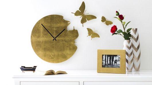 Relógio de metal dourado.