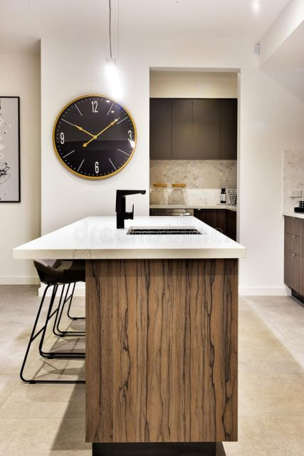 cozinha clean moderna com relogio de parede grande.