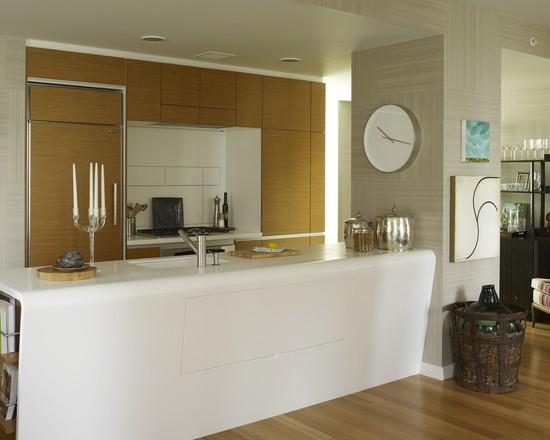 cozinha branca com relogio de parede.