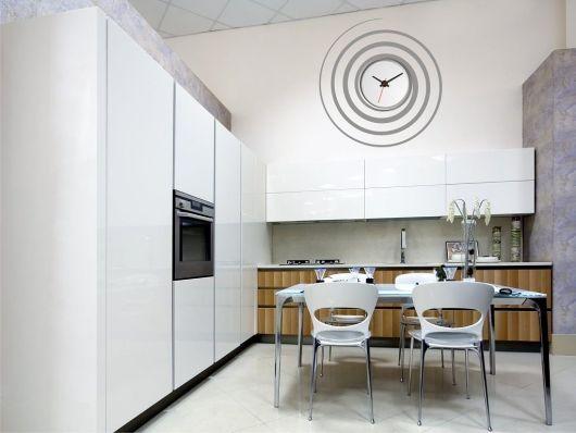 cozinha branca com relogio de parede espiral.