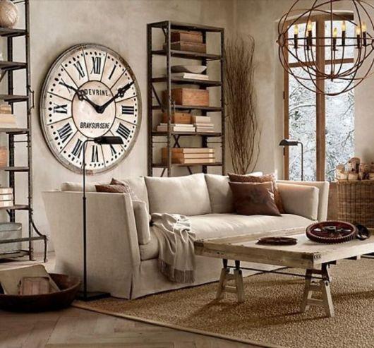 sala moderna com relogio de parede em madeira.