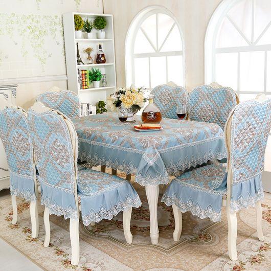 Modelo de toalha de mesa azul com detalhes dourados.