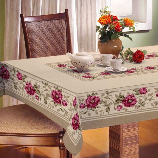 tolaha de mesa floral rosa com nude.