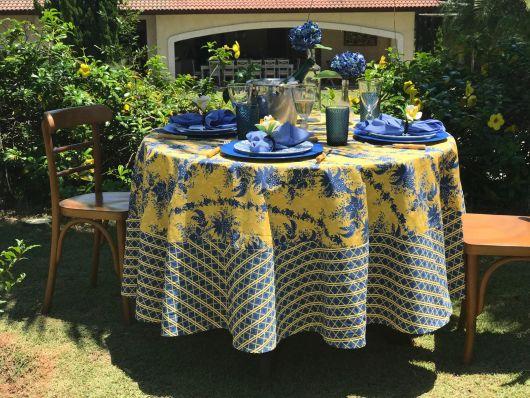 toalha de mesa estampa azul com amarelo.