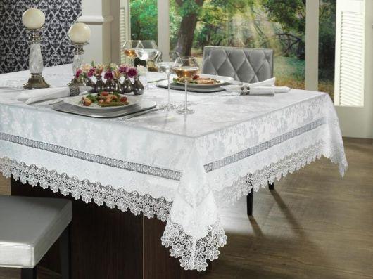tioalha de renda branca para mesa quadrada.