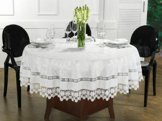 toalha branca com renda para mesa redonda.