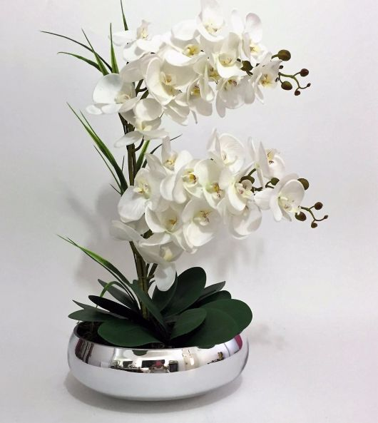 planta orquidea em vaso metalico.
