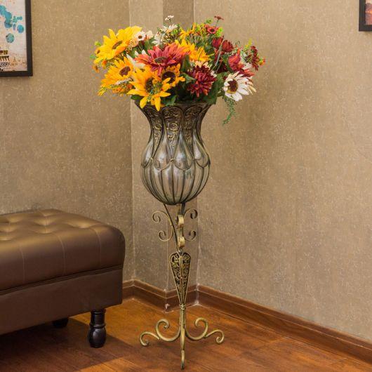 Modelo de vaso com pé comprido com flores coloridas.