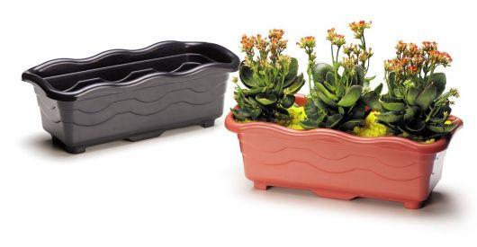 vasos de plático floreira vertical nas cores preto e marrom.