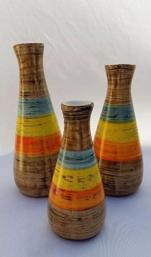 Vaso redondo colorido nas cores amarelo, azul e laranja.