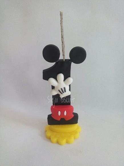 Vela de biscuit Mickey com aplique da mão do personagem