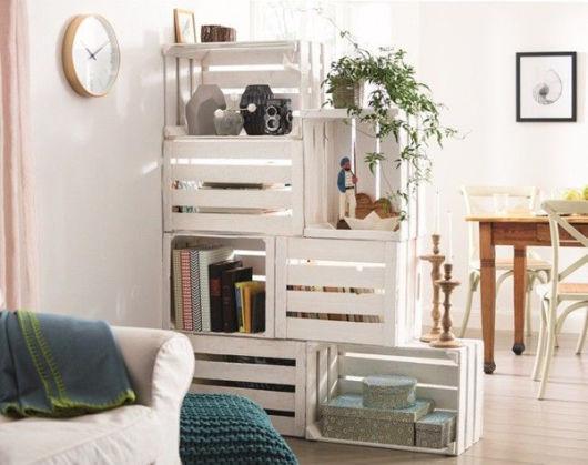 Que tal improvisar uma divisória para sala com caixotes?