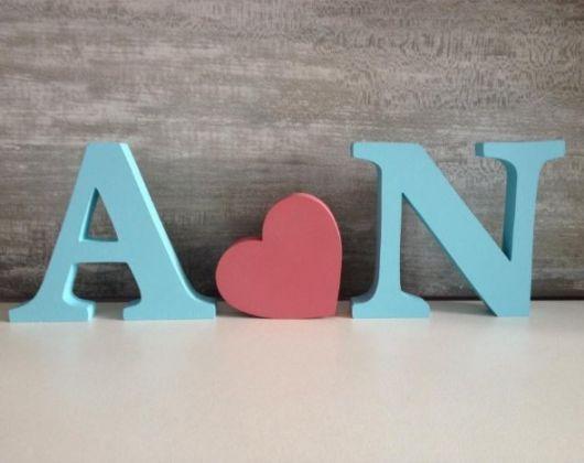 letras mdf pintadas nas cores azul e rosa.