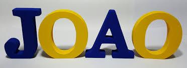 letras mdf formam o nome João, pintadas nas cores azul e amarelo.