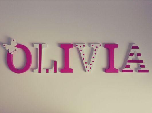 nome Olívia pintado de rosa e branco.