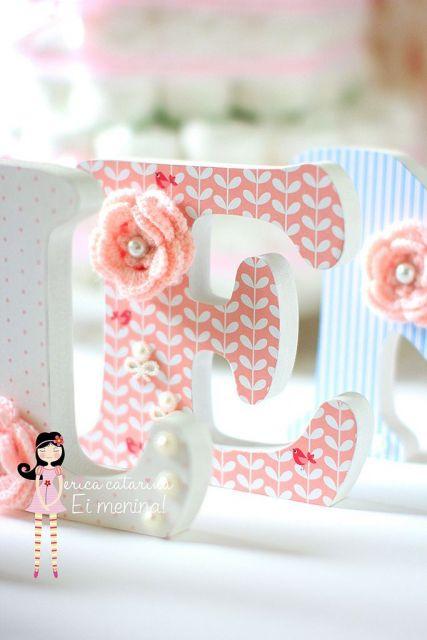 letra E em Mdf pintada nas cores rosa salmão e branco.