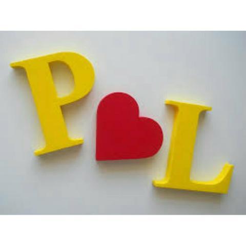 letras pintadas de amarelo e vermelho.