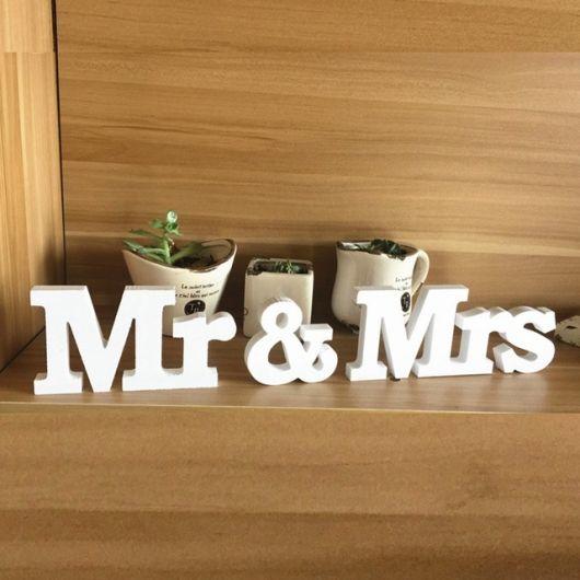 letras mr e mrs pintadas de branco.